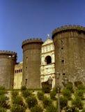NÁPOLES, ITÁLIA, 1984 - o Maschio Angioino ou Castel Nuovo são um símbolo da história medieval e do renascimento da cidade fotos de stock royalty free