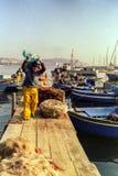 NÁPOLES, ITÁLIA, 1988 - os pescadores amarram seus barcos no porto de Mergellina e colocam suas redes no fim de um dia de pesca imagens de stock