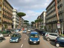 Nápoles, Italia - 25 de febrero de 2012 - una de las calles del ci Foto de archivo