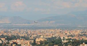Nápoles, Italia El avión de los aviones está aterrizando en el aeropuerto internacional de Nápoles almacen de metraje de vídeo