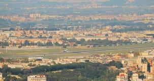 Nápoles, Italia El avión de los aviones está aterrizando en el aeropuerto internacional de Nápoles metrajes