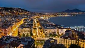 Nápoles, Italia Igualación de tráfico de coche de la ciudad y de la bahía del mar almacen de metraje de vídeo