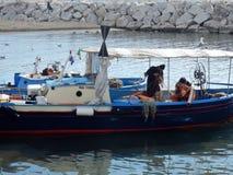 Nápoles - pescadores na praia de Mergellina fotos de stock royalty free