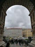 Nápoles - vista panorâmica da saída de Maschio Angioino imagens de stock royalty free