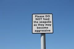 Não alimente a gaivotas agressivas o sinal Foto de Stock Royalty Free