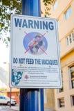 Não alimente a macacos o sinal Fotos de Stock Royalty Free