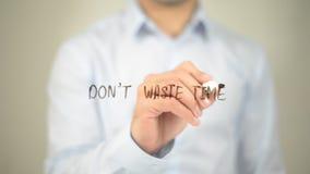 Não desperdice o tempo, escrita do homem na tela transparente Fotos de Stock Royalty Free