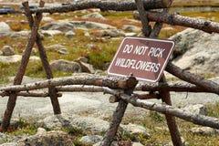 Não escolha o sinal dos wildflowers Imagem de Stock Royalty Free