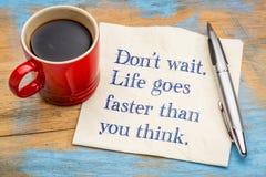 Não espere A vida vai mais rapidamente do que você pensa fotografia de stock