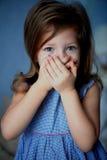 Não fale nenhum mal Bebê 3 anos de boca das tampas com mãos Fotografia de Stock