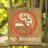 Não fumadores da etiqueta feito pela madeira Foto de Stock