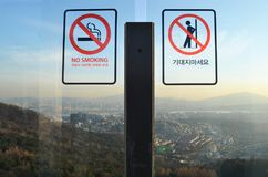 NÃO FUMADORES e sinal NÃO SE INCLINE Foto de Stock