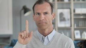 Não, homem envelhecido médio que rejeita a oferta acenando o dedo filme