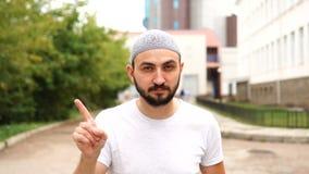 Não, homem muçulmano farpado novo que rejeita a oferta acenando o dedo vídeos de arquivo