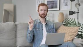 Não, homem que não gosta da oferta acenando o dedo vídeos de arquivo
