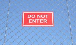Não incorpore o sinal em uma rede de arame ilustração stock