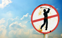 Não jogue sinais do golfe com céu Fotografia de Stock
