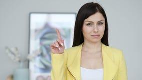 Não, jovem mulher que rejeita a oferta acenando o dedo video estoque
