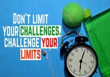Não limite desafios do yout - para desafiar seus limites Citações da motivação da aptidão Conceito do esporte fotos de stock royalty free