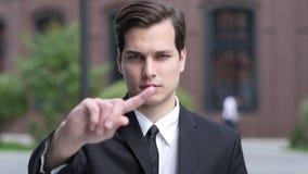 Não, nunca, homem de negócios Disliking e gesto da rejeição acenando o dedo vídeos de arquivo