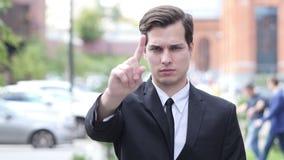 Não, nunca, não gostando e rejeitando do gesto acenando o dedo, homem de negócios video estoque