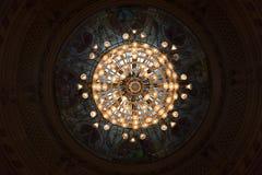 Não ofuscante estilo Crystal Chandelier do renascimento do Lit com a abóbada do vidro de janela imagem de stock royalty free
