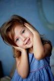 Não ouça nenhum mal O bebê 3 anos fecha as mãos das orelhas fotografia de stock