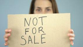 Não para a venda no cartaz nas mãos seguras da mulher, prevenção de tráfico humana filme