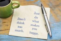 Não pense demasiado texto do inspiraitonal no guardanapo Foto de Stock Royalty Free