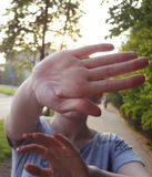 Não sinal do tiro à mão A mulher estala acima a palma que não reserva disparar Fotos de Stock Royalty Free