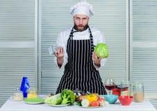 Não tenha nenhuma habilidade ingredientes frescos verdes alimento saud?vel dos amores farpados do homem Cozinheiro no restaurante imagem de stock
