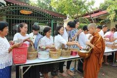 Nächstenliebetätigkeiten im Buddhismus Stockbilder