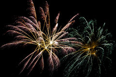 Nächtliche Feier mit Feuerwerken Lizenzfreie Stockbilder