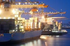 Nächtliche Hafenaktivität Lizenzfreie Stockfotos
