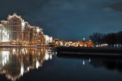 Nächtliche Landschaft Minsk-Stadt mit Reflexion in Svislach-Fluss am Abend Nachtszene des Dreiheitshügels, im Stadtzentrum gelege Stockbild