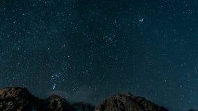 Nächtlicher Himmel über einem Gebirgsrücken Stockbilder