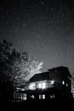 Nächtlicher Himmel über Haus Stockfoto