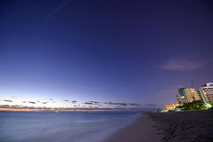 Nächtlicher Himmel über Miami Beach Stockbild