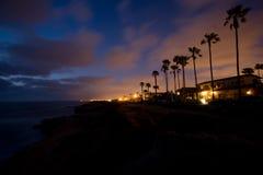 Nächtlicher Himmel auf Küsteklippen Stockbild