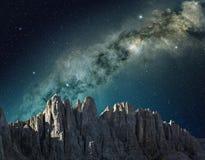 Nächtlicher Himmel in der Berglandschaft Lizenzfreies Stockbild