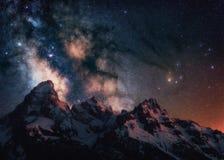 Nächtlicher Himmel, der oben über das großartige Tetons in Wyoming steigt stockfoto