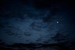 Nächtlicher Himmel, Halloween-Hintergrund Lizenzfreie Stockfotos
