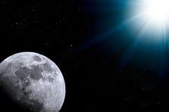 Nächtlicher Himmel, helle Sterne, Galaxie und Mond Stockbild