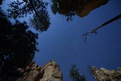 Nächtlicher Himmel innerhalb der Schlucht stockfotos