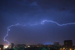 Nächtlicher Himmel mit Blitz über der Stadt Stockfoto