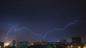 Nächtlicher Himmel mit Blitz über der Stadt Stockbild