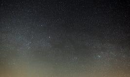 Nächtlicher Himmel mit einem hellen Stern der Milchstraße Panoramische Ansicht stockbilder