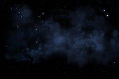 Nächtlicher Himmel mit Sternen und blauem Nebelfleck Lizenzfreie Stockfotos