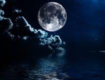 Nächtlicher Himmel mit Sternen und Vollmondhintergrund Lizenzfreie Stockfotos