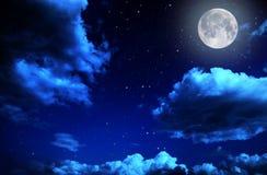 Nächtlicher Himmel mit Sternen und Vollmondhintergrund Lizenzfreies Stockfoto